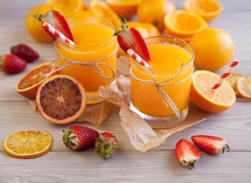 Orangensaft und Beere lizenzfreie stockbilder
