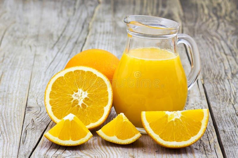 Orangensaft und frische Früchte stockbild