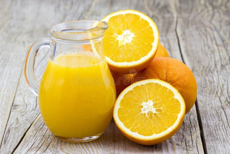 Orangensaft und frische Früchte stockfotos