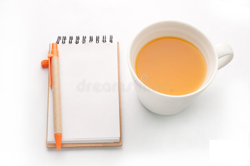 Orangensaft- und Notizblockpapier auf weißem Hintergrund stockbild