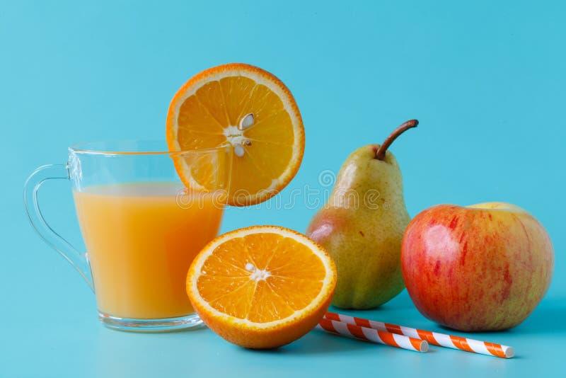 Orangensaft und Scheiben der Orange stockbilder