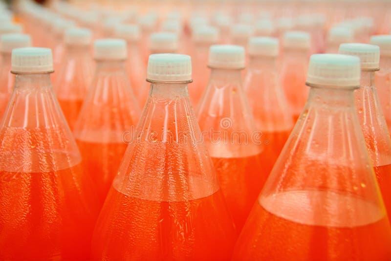 Orangensaftgetränkeplastikflasche in der Fabrik stockfotos