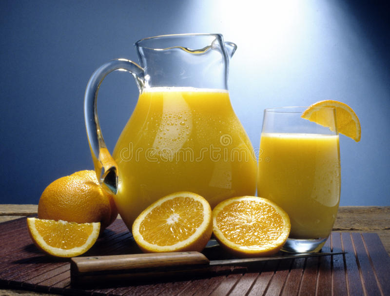 Orangensaftkrug lizenzfreies stockfoto