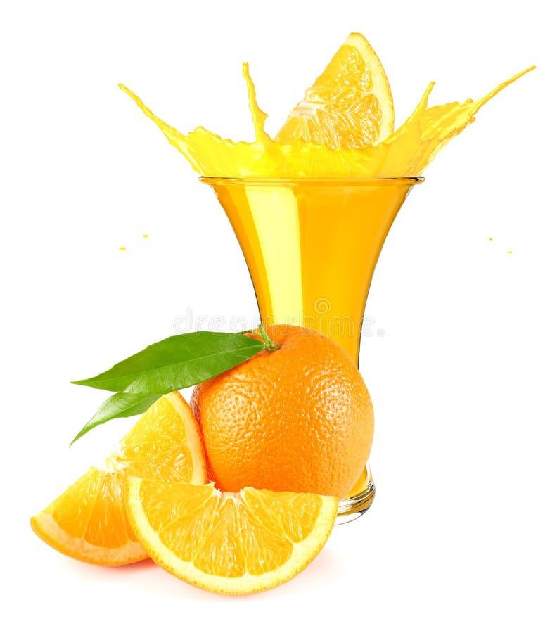 Orangensaftspritzen lokalisiert auf wei?em Hintergrund Orangensaft im Glas mit orange Scheibe lizenzfreies stockfoto
