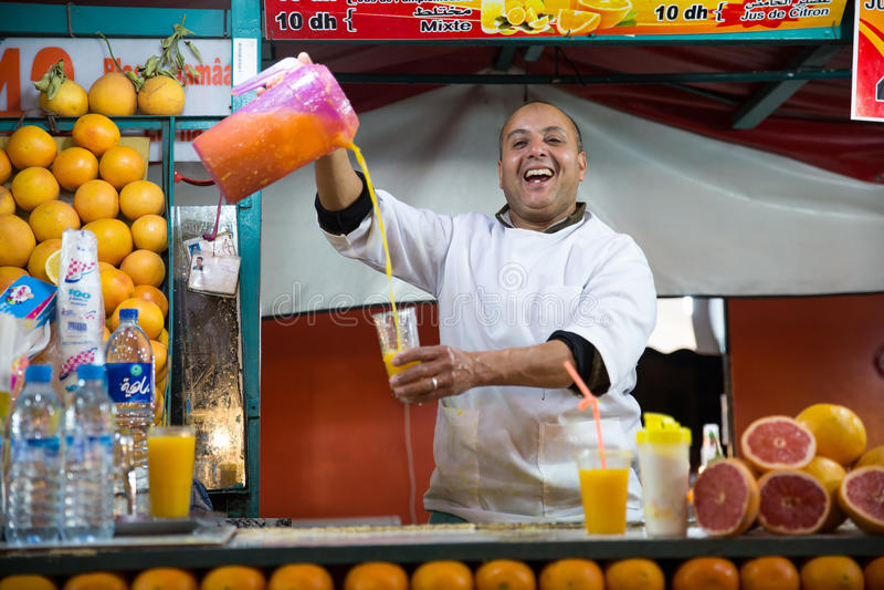 Orangensaftverkäufer in Marrakesch stockbilder