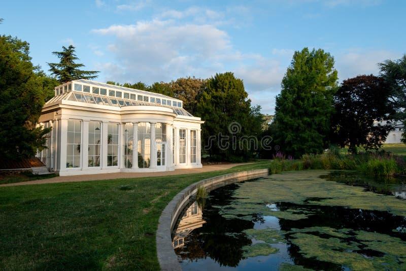 Orangerit vid sjön på nyligen renoverade Gunnersbury parkerar och museet på det Gunnersbury godset, västra London UK royaltyfria bilder