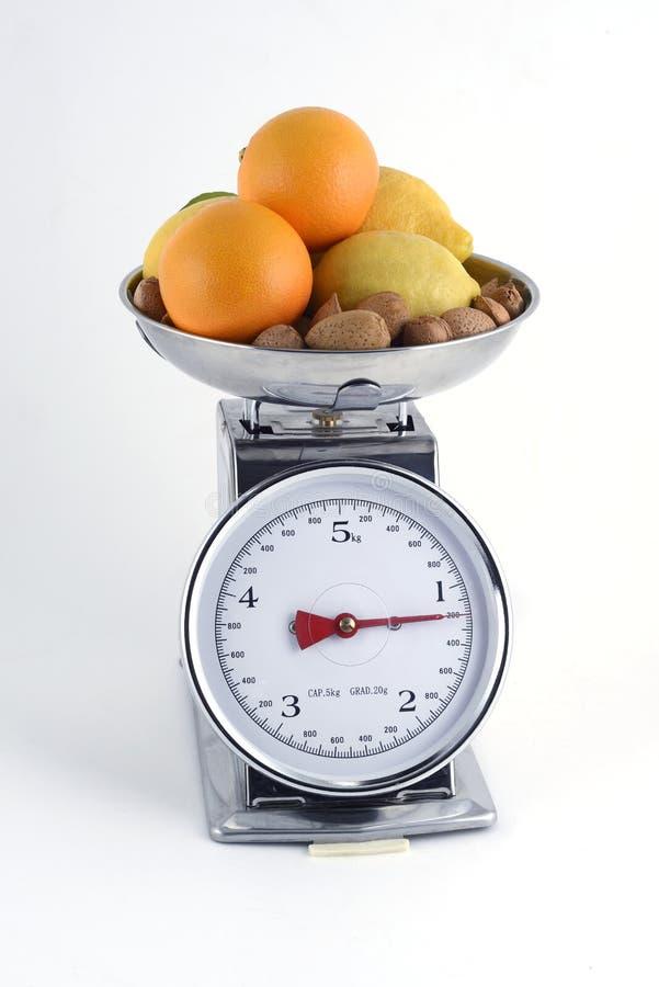 Oranges avec des citrons et des amandes tout bien pesé photographie stock