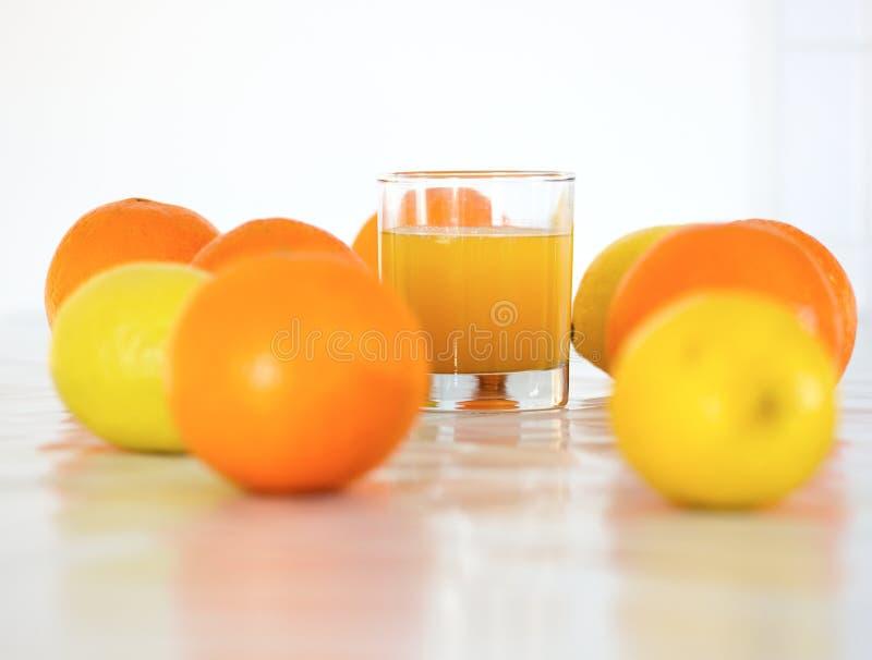 Oranges, citrons et jus images libres de droits
