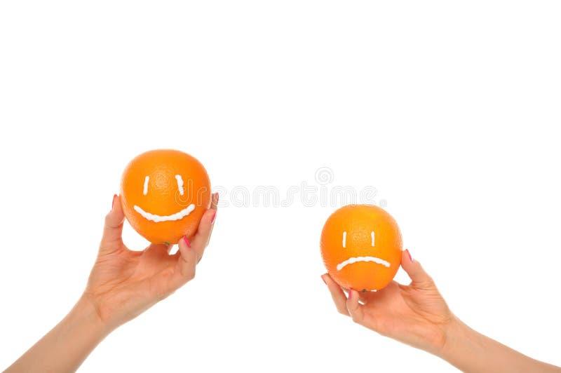 Oranges de prise de mains avec le sourire et l'insulte photo stock