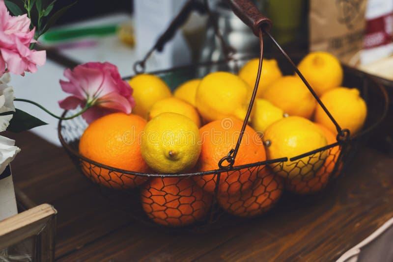 Oranges et citrons dans le panier sur le compteur de barre images libres de droits