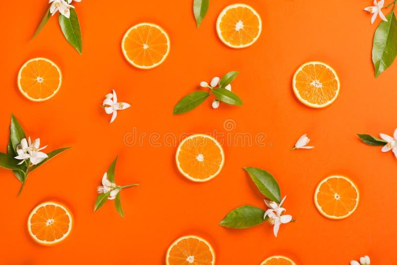 Oranges et fleurs, vue supérieure image stock