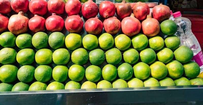 Oranges et grenades à vendre photographie stock