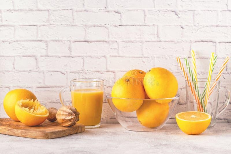 Oranges et presse-fruits pour faire le jus d'orange image libre de droits