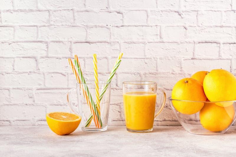 Oranges et presse-fruits pour faire le jus d'orange image stock