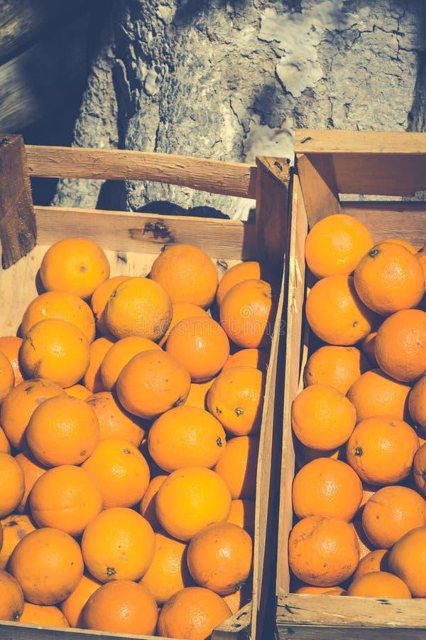 Oranges fraîches dans la boîte en bois photographie stock