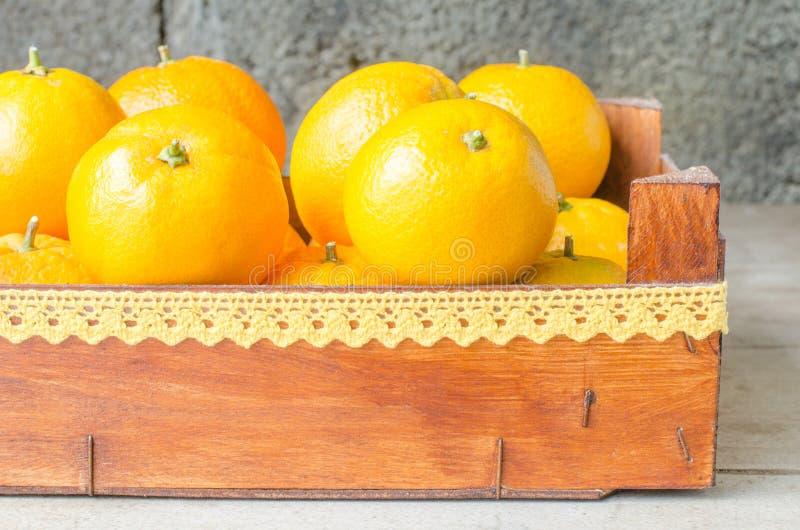 Oranges fraîches dans la boîte en bois photographie stock libre de droits