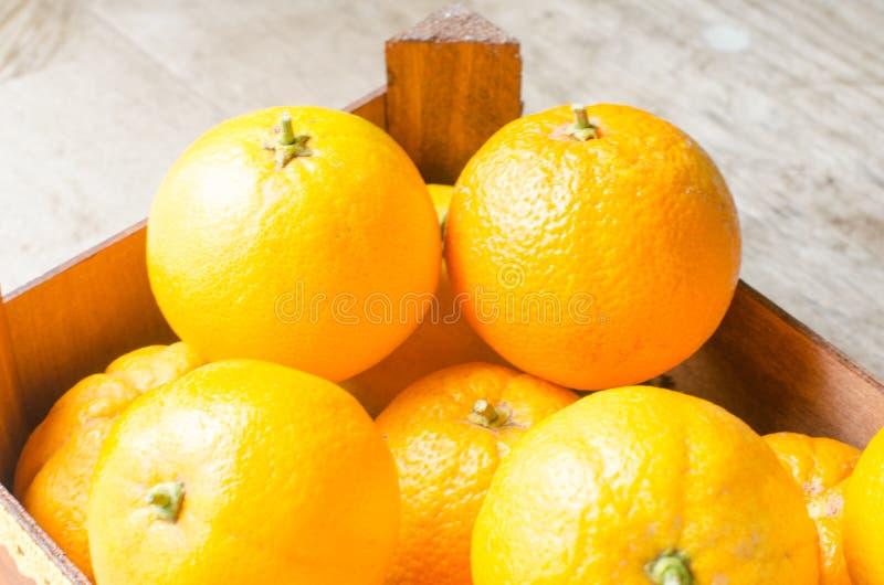 Oranges fraîches dans la boîte en bois images libres de droits