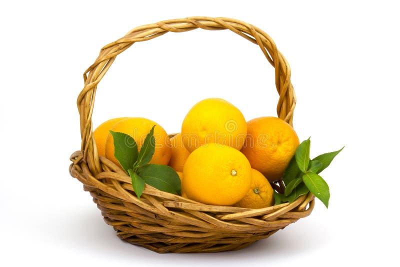Oranges fraîches dans un panier image stock