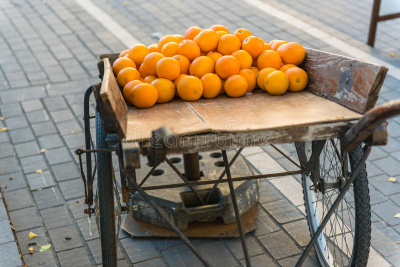 Oranges fraîches sur le chariot en bois de vintage images stock