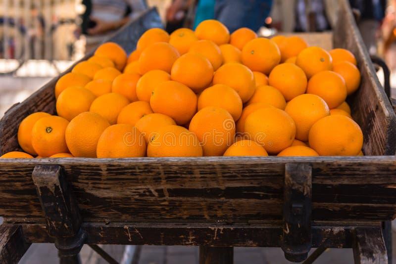 Oranges fraîches sur le chariot en bois de vintage images libres de droits