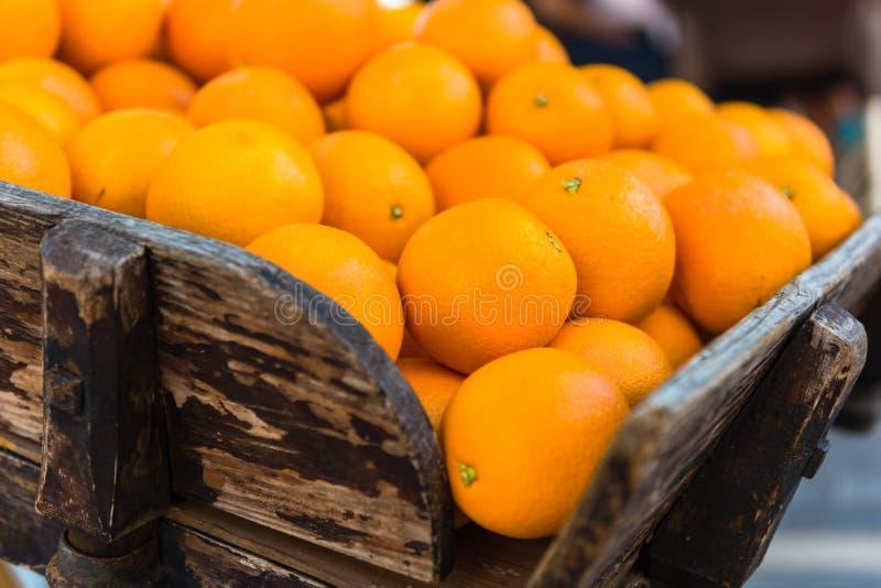 Oranges fraîches sur le chariot en bois de vintage image stock