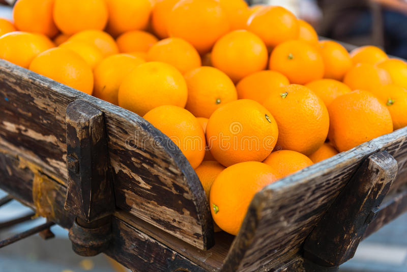 Oranges fraîches sur le chariot en bois de vintage photo libre de droits