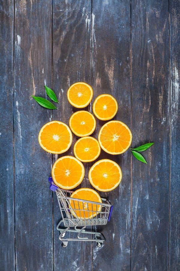 Oranges fraîches sur le fond en bois foncé images stock