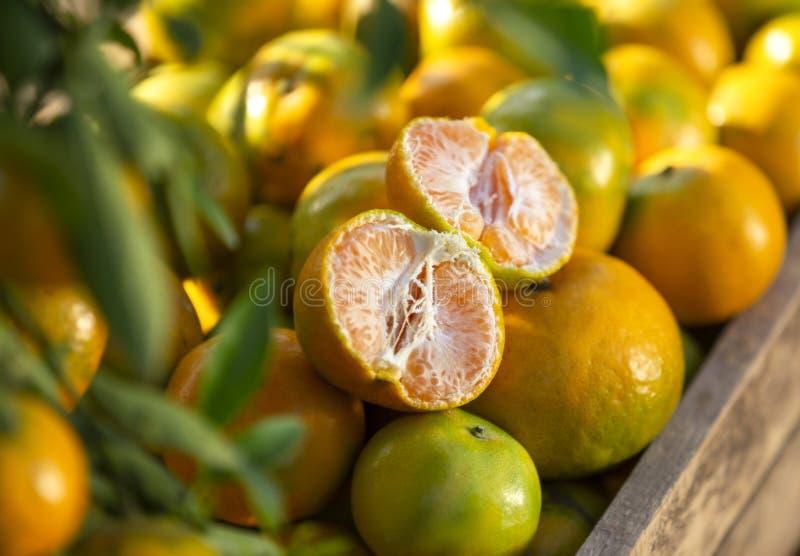 Oranges fraîches sur une boîte en bois image stock
