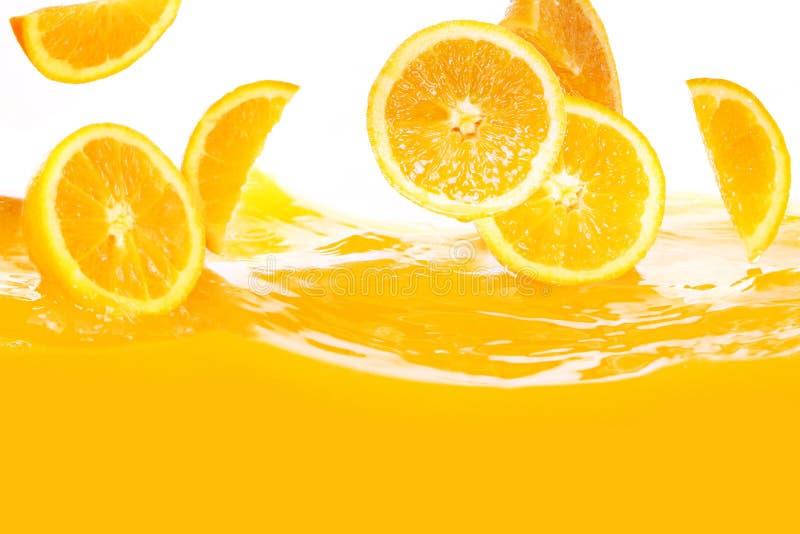 Oranges fraîches tombant en jus photo stock