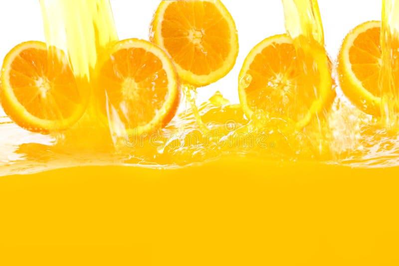 Oranges fraîches tombant en jus photos libres de droits