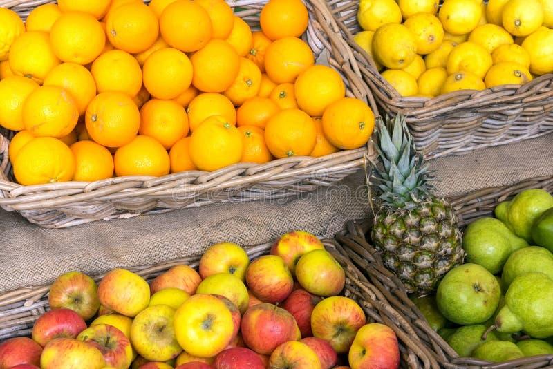 Oranges, pommes et poires à vendre images stock