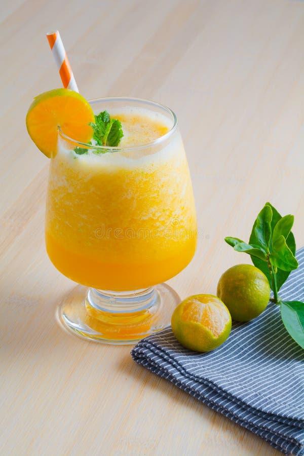 Oranges smoothie, boisson pour sain et rafraîchissement en été images stock