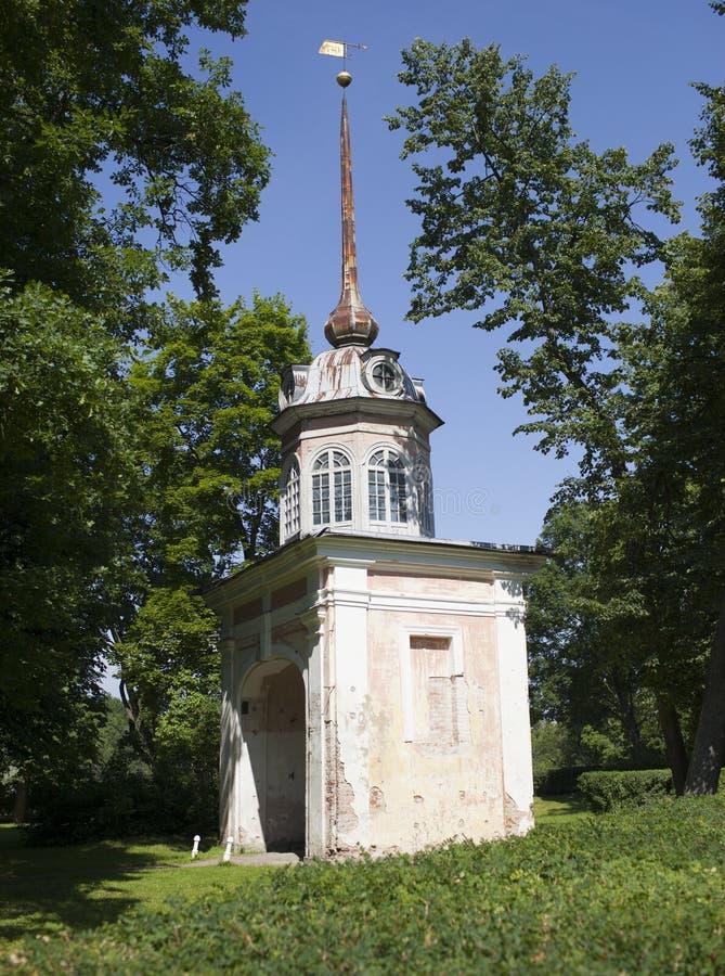 Oranienbaum (罗蒙诺索夫) 上部公园 入皇帝Pyotr的堡垒高尚的门III 免版税库存图片