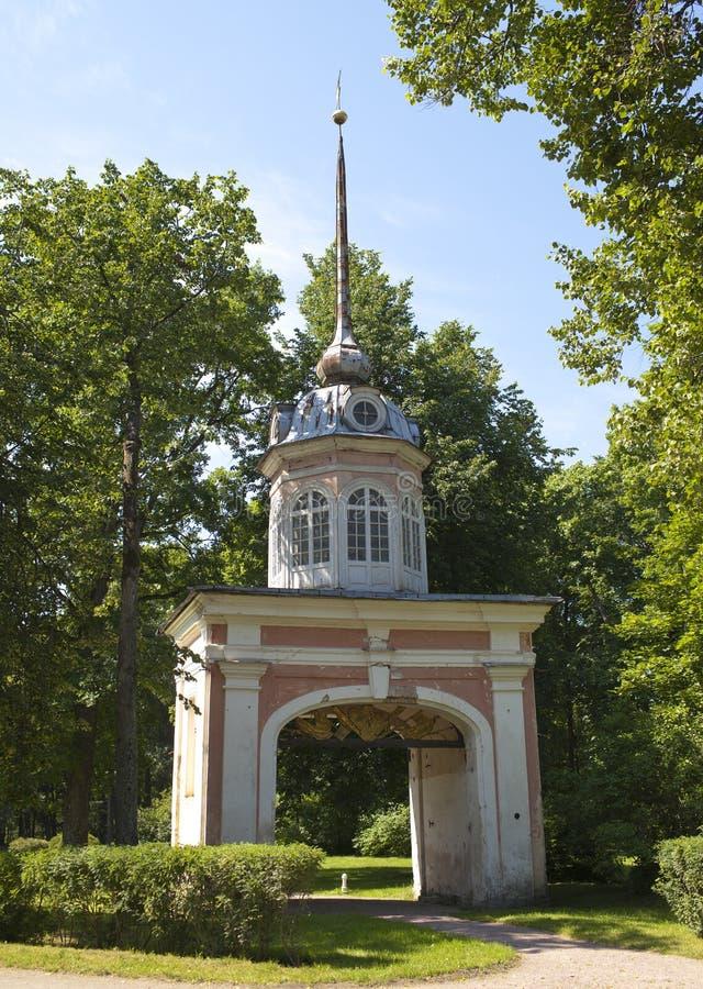 Oranienbaum (罗蒙诺索夫) 上部公园 入皇帝Pyotr的堡垒高尚的门III 免版税图库摄影