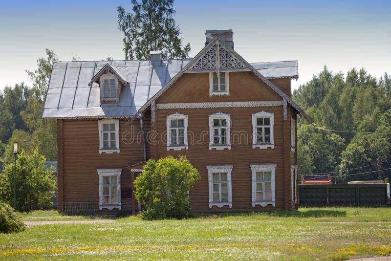 Oranienbaum (Lomonosov) Wierzchu park Antyczny zamieszkany drewniany dom obraz royalty free
