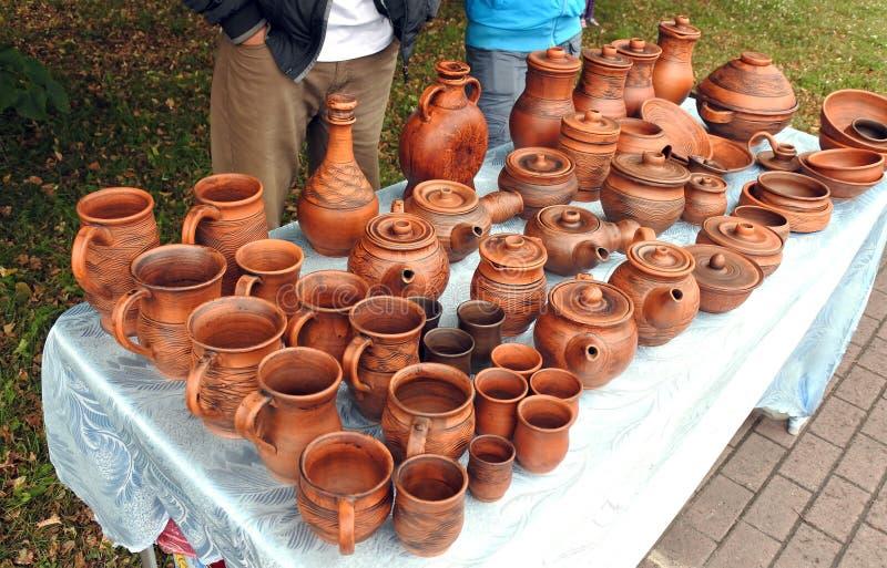 Oranje aardewerk op de lijst royalty-vrije stock afbeeldingen