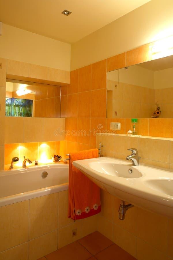 Oranje badkamers royalty-vrije stock fotografie