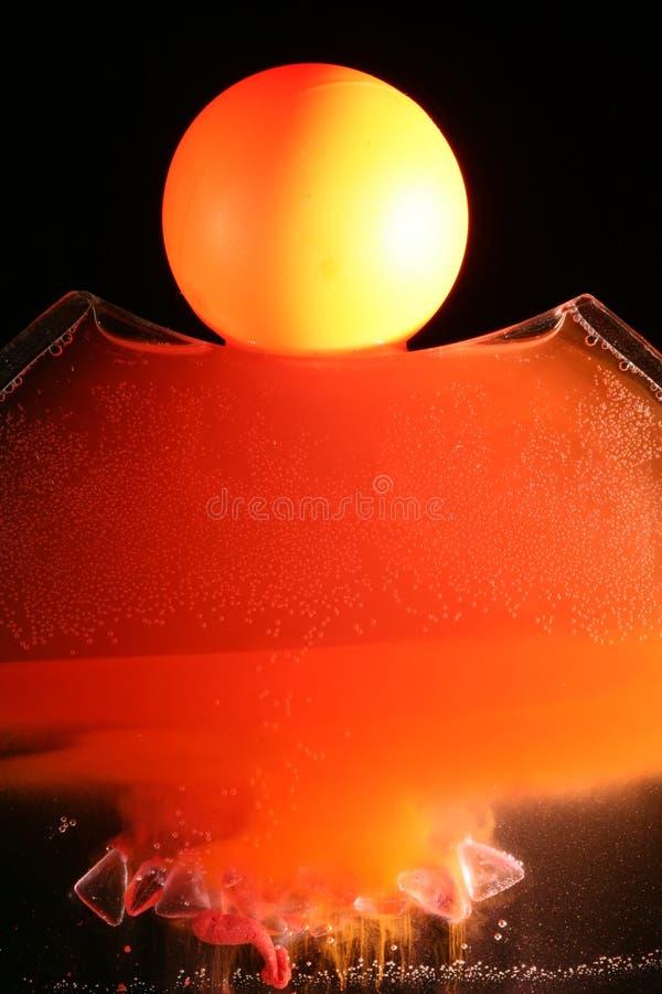 Oranje bal en oplossende inkt stock foto's
