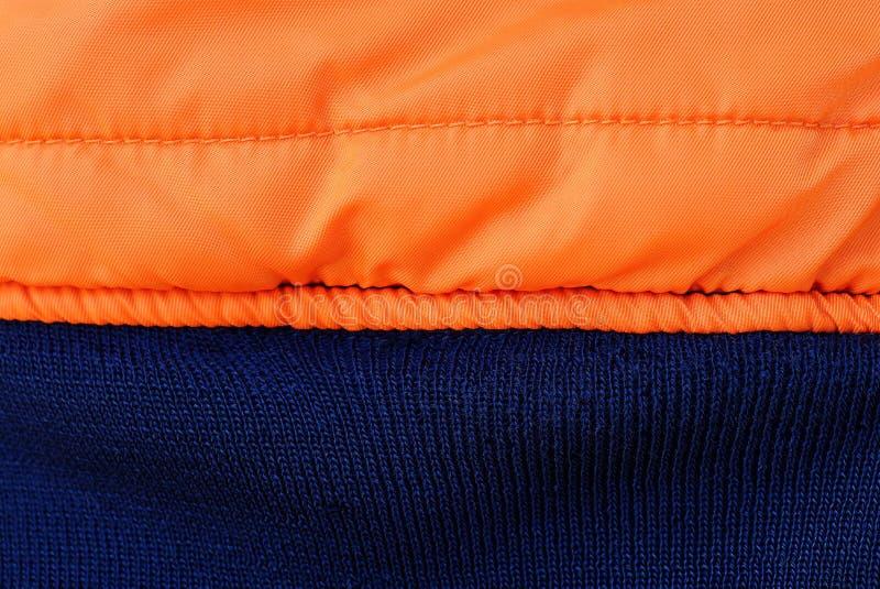 oranje blauwe stoffentextuur van een stuk van verfrommelde kwestie stock foto