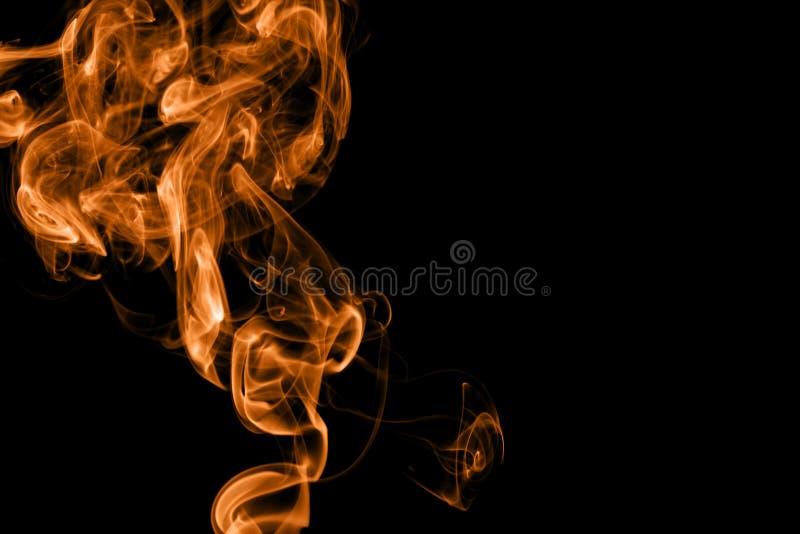 Oranje brandrook op zwarte achtergrond stock afbeeldingen