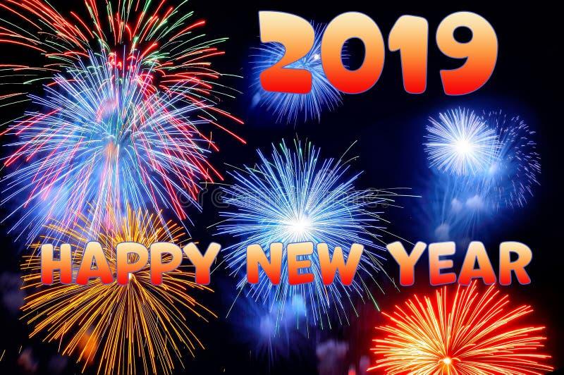 Oranje brieven Gelukkig nieuw jaar 2019 en flitsen van vuurwerk stock foto's