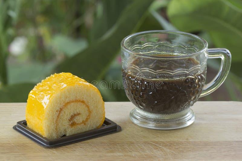 Oranje broodjescake en zwarte koffie royalty-vrije stock foto's