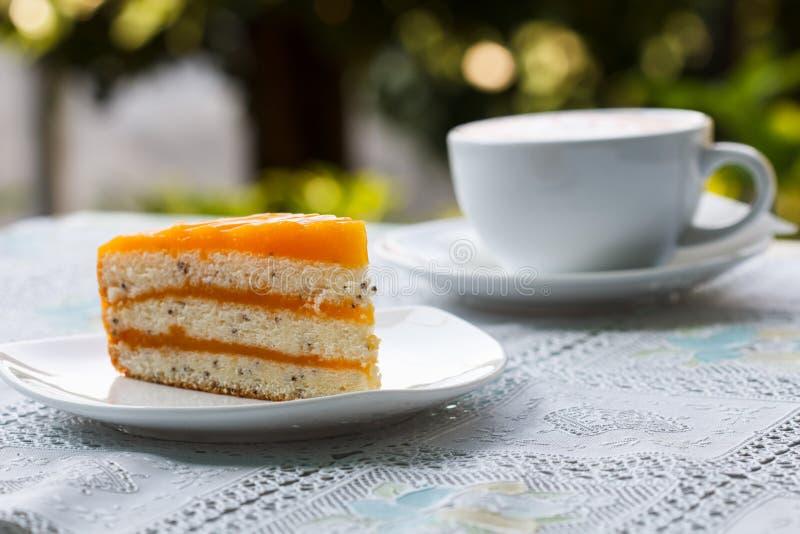 Oranje cake en koffie stock fotografie