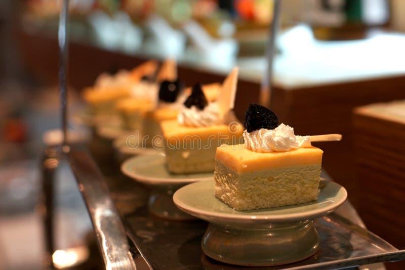 Oranje cake op buffetlijn stock foto