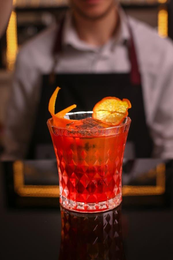 Oranje cocktail in retro glas op zwarte achtergrond royalty-vrije stock fotografie