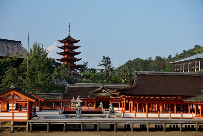 Oranje colonnade die tot de tempel van Miyajima (in het gebied van Hiroshima, Japan) leiden op het Itsakushima-eiland als symbo royalty-vrije stock fotografie