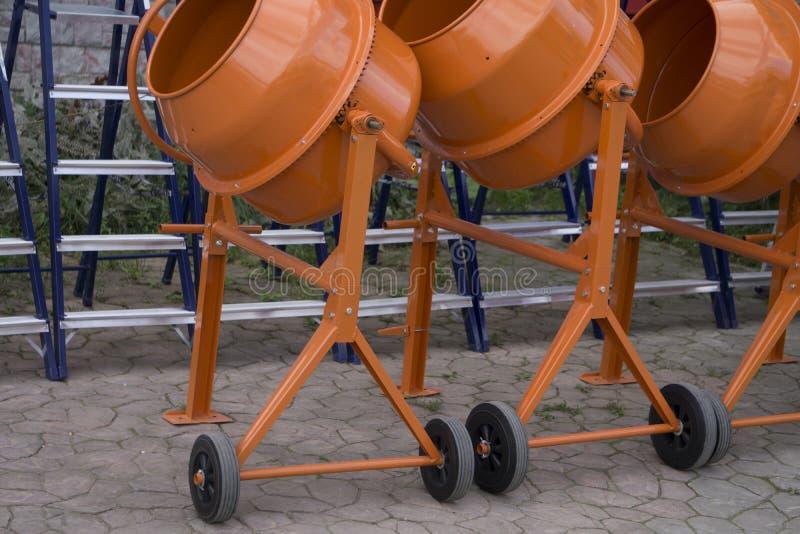 Oranje concrete mixer op wielen stock afbeeldingen