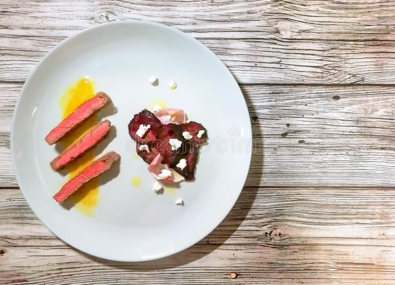 Oranje de saus en de bietenspaanders van het varkensvleeslapje vlees royalty-vrije stock foto's