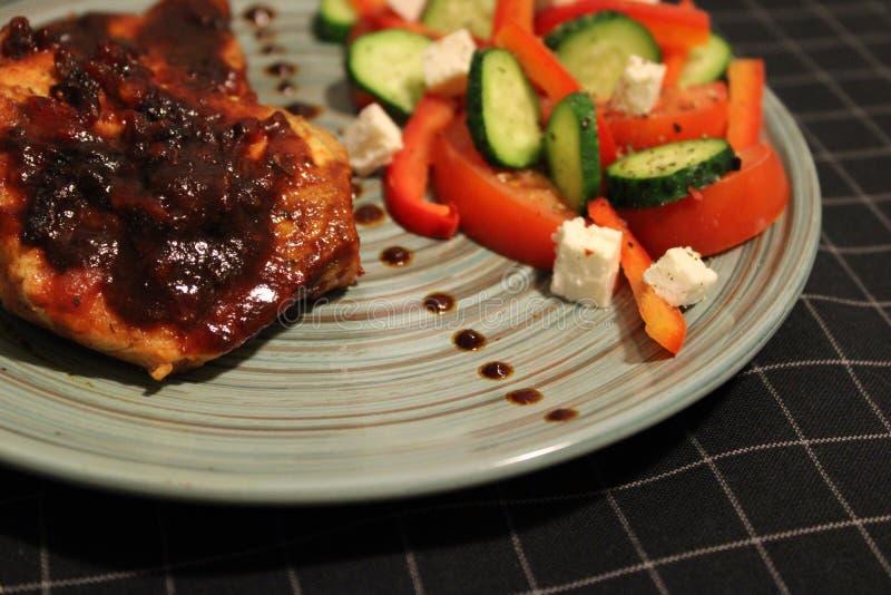 Oranje de saus en de bietenspaanders van het varkensvleeslapje vlees royalty-vrije stock afbeeldingen