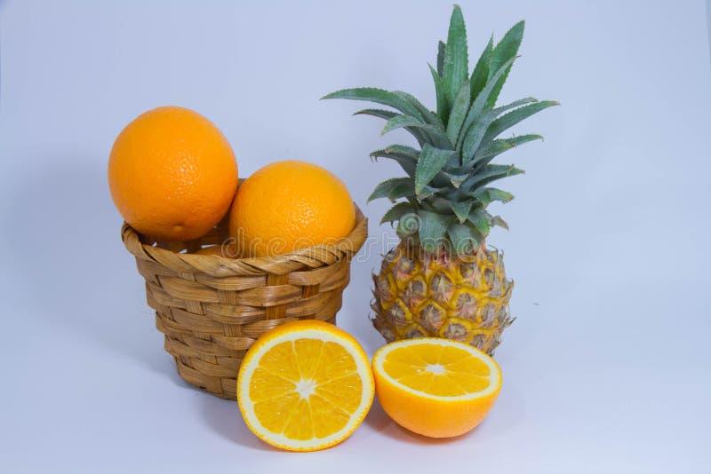Oranje die ananasfruit op witte achtergrond wordt geïsoleerd royalty-vrije stock foto
